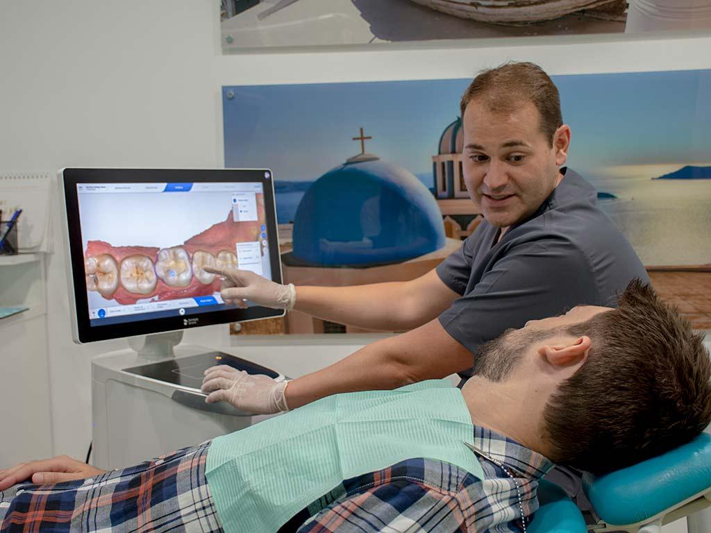 Luis Piá explica a paciente resultados de escaneado intraoral