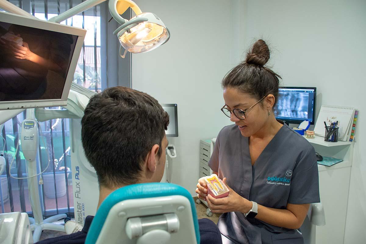 Dra. María Roig explica endodoncia a un paciente